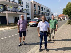 Treffen sich vor dem neuen Seniorenzentrum in Weckesheim (v. l.): Bernd Keuchler, FW-Bürgermeisterkandidat Cenk Gönül und sein Fraktionskolllege Uwe Priebe. FOTO: PM